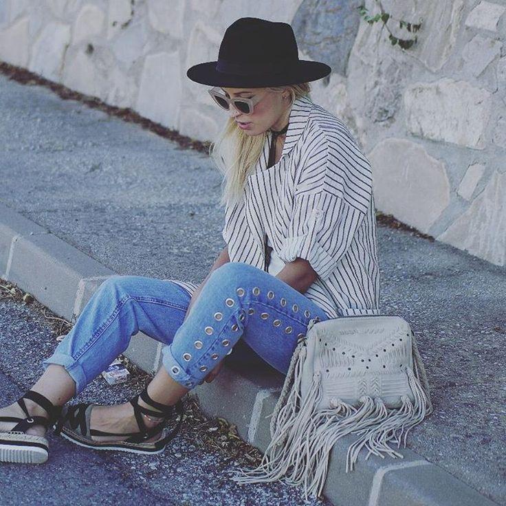 El encanto de la striped jacket. Toma nota de cómo la lleva @dollactitud #trendy #moda #fashion #otoño #casuallook #outfit #estilismo #blogger #streetstyle #jacket #navy #rayas #shop #shopping #barcelona #style #florencia #modaflorencia #newarrivals