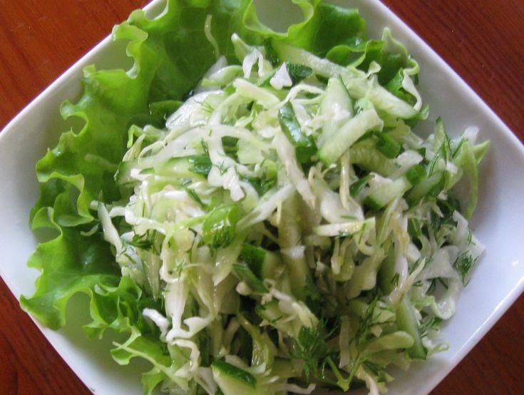 Салат из капусты с огурцами   Салат из белокочанной капусты с огурцами, это полезный и относительно недорогой салат. Он вкусный, и подойдёт для тех кто соблюдает диету или пост. Этот рецепт салата приготовить не сложно. А такие продукты как зелёный лук, капуста белокочанная, огурец свежий, лист салата и укроп, вы без труда найдёте и зимой и в другое время года в вашем местном магазине.  #кулинария #рецепты #салаты