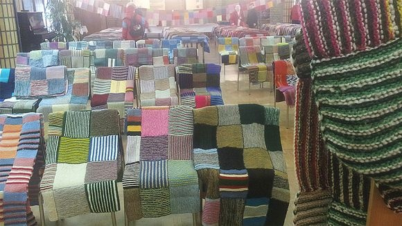 Äiti Teresa -peitot näytillä Kajaanin Keskusseurakuntakodilla. - Charity knitting in Finland. 240 afghans for India.