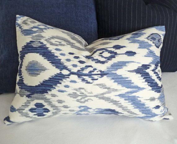 Bleu blanc Ikat lombaire oreillers 12 x 18 12 par PillowThrowDecor