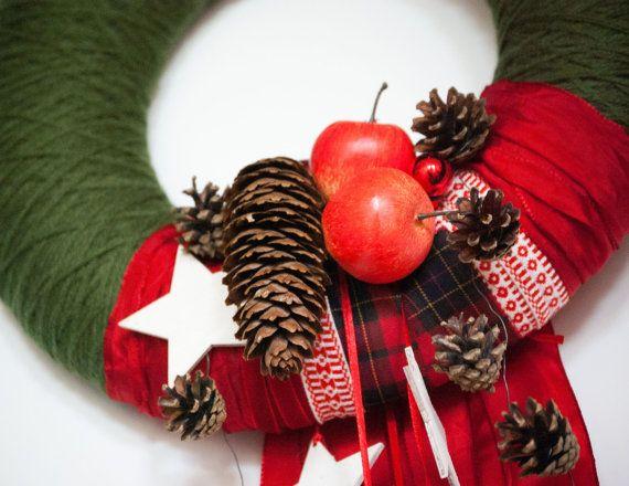Dieser Adventskranz ist wunderbare Weihnachten Tür Dekor für diese Saison. Handgefertigt in traditionellen Weihnachtsfarben: grün und rot. Adventskranz Basis mit grüner Wolle Garn umwickelt, verziert mit verschiedenen Muster Bänder, künstliche Äpfel, Tanne und Kiefer Kegel, vielen weißen Sternen aus Holz und kleine rote Weihnachten Kugeln.  Kranz kann mit personalisierten hölzerne weiße Farbe bemalte Monogramm Brief, an den Kranz befestigt ist. Bitte einen Kommentar im Anhang an Verkäufer…