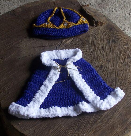 Conjunto de capa e gorro confeccionados em crochê.  detalhes - pedrinhas imitando cristais e cordão imitando ouro.  cor - azul royal e amarelo ouro  tamanhos - RN/ 1 a 3 / 3 a 6 meses R$ 59,90