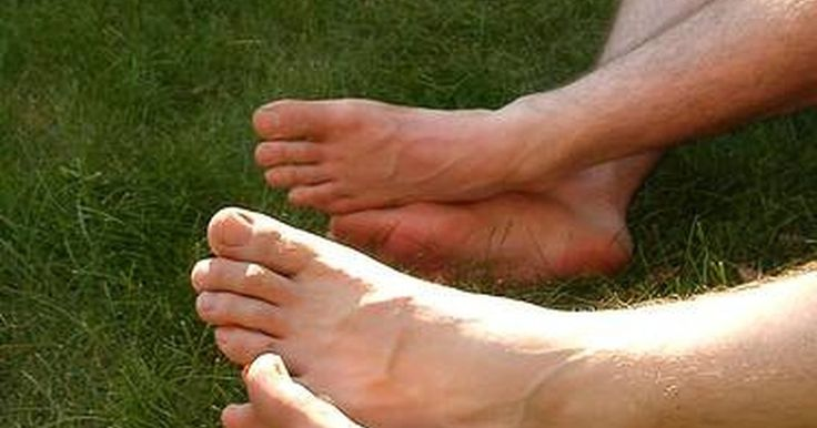 """Por que meus pés cheiram a amônia?. Odor nos pés não é apenas um problema para os atletas suados. Todos podem experimentar essa condição desagradável, especialmente durante os meses quentes de verão. Embora a causa mais comum do chulé seja usar sapatos que não deixam os pés """"respirarem"""" corretamente ou a sudorese excessiva, existem também causas internas. Um dos resultados mais ..."""