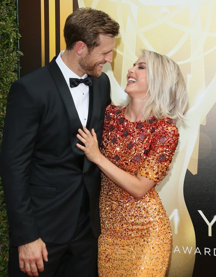 Julianne Hough and Brooks Laich looked smitten with each other on the red carpet.