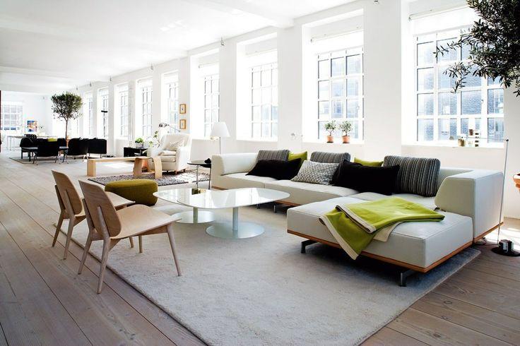Stuen er delt op i zoner Indretningen er hjulpet på vej af indretningsarkitekt Anne Krogh. I det forreste sofaområde dominerer en Erik Jørgensen-sofa, model Delphi. Et par loungestole fra Skandiform og sofaborde af Piero Lissoni fra Fritz Hansen gør helheden elegant. Puderne er fra Kurage.