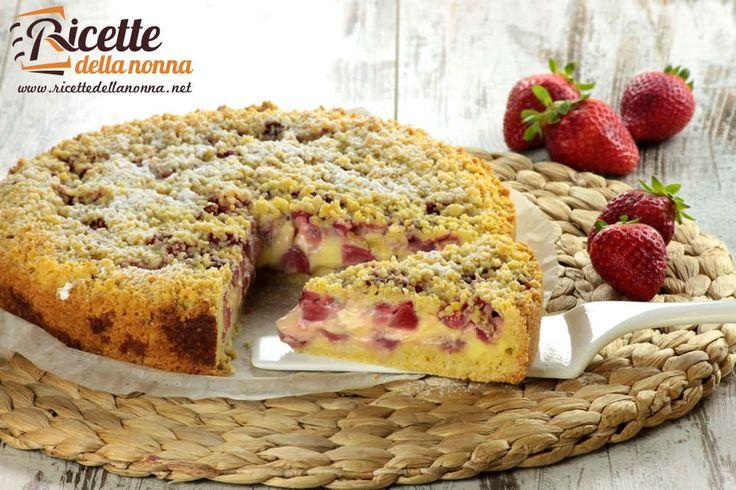 La sbriciolata alle fragole è una crostata ripiena alla crema pasticciera e alle fragole che prende spunto dalloriginale torta sbrisolona mantovana.