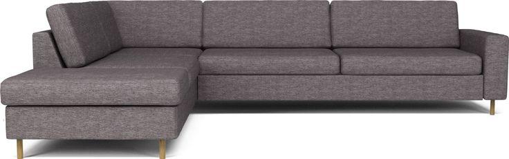 Den danska designtraditionen syns tydligt i Scandinavia. Med sin stilrena design och fantastiska sittkomfort omvandlar den form och funktion till en helhet. Du kan välja mellan två typer av sitt- och ryggkuddar samt ben i två höjder och flera material. Serien har många olika modeller, så att du får en soffa som passar dina egna önskemål om komfort och uttryck.