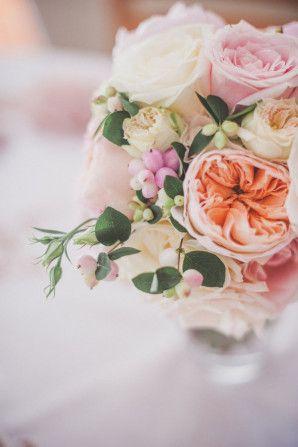 rose, garden rose & berry bouquet http://weddingwonderland.it/2015/06/matrimonio-ispirato-al-tandem.html