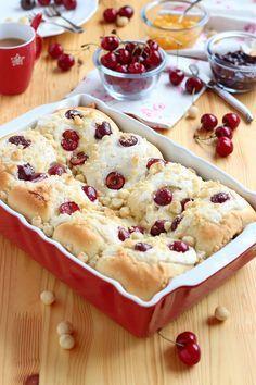 """Pan de brioche con cerezas, queso en crema y """"crumble"""" de nueces y almendras"""