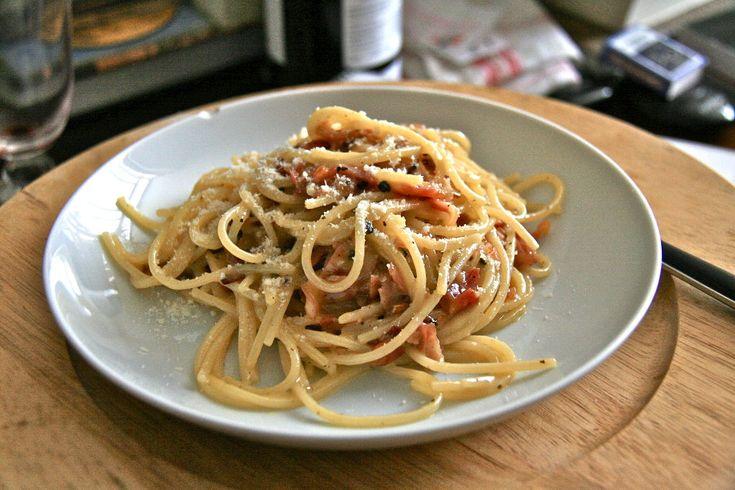 """Découvrez les 2 recettes de la sauce carbonara. La """"carbonara ricca"""" lardons crème fraîche et la sauce carbonara traditionnelle à la pancetta et aux oeufs frais."""