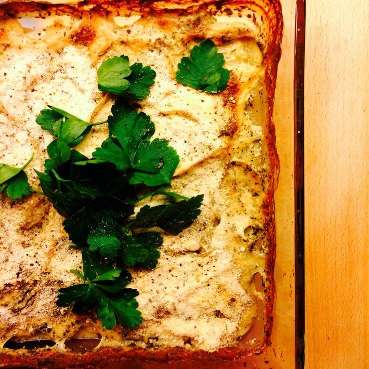 Hvem sa at veganere ikke kan spise fløtegratinerte poteter? Med soyafløte smaker det minst like godt som med kufløte! Se oppskrift med hvitløk og urter.