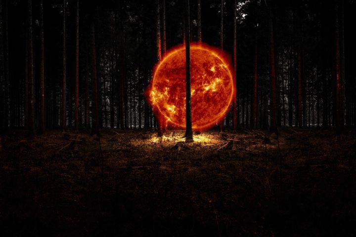 Ces photos animées de Istvan Csekk placent un petit soleil en mouvement avec ses taches solaires et ses ejections de matière dans des paysages urbains et naturels.