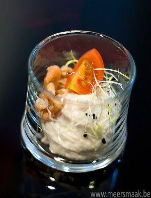 Glaasje met tonijnsla, garnalen, kerstomaatjes en preischeuten