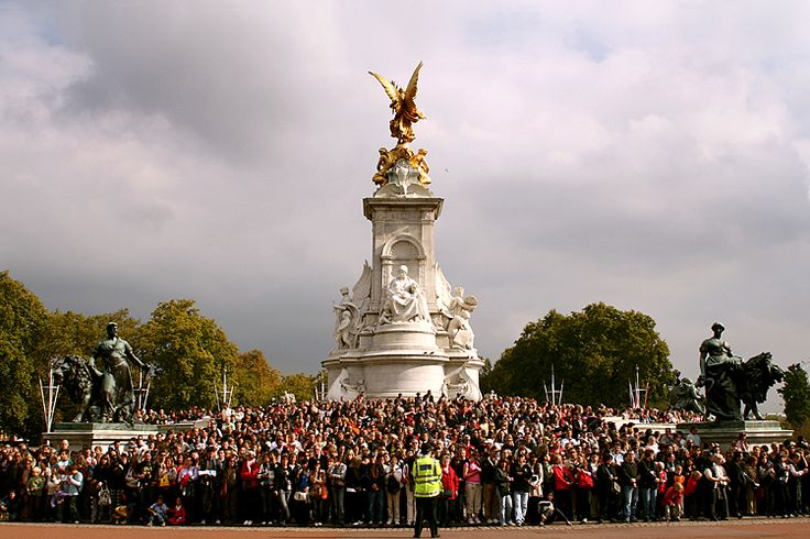 Waiting for the Queen, Buckingham Palace in London