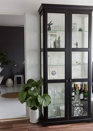 Svartmålat Ikea Liatorp med nya knoppar