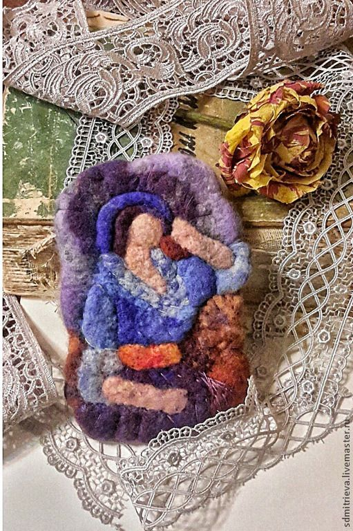 Gabrielle Colonna-Romano (1888-1981) или Colanna Romano, настоящее имя Gabrielle Dreyfus, французская трагическая актриса, звезда раннего немого кино, ученица Сары Бернар. Она была возлюбленной Пьера Ренуара и послужила моделью для нескольких произведений его отца, художника Огюста Ренуара. именно её портрет послужил прототипом для создания этой броши, второй из серии портретов Огюста Ренуара.