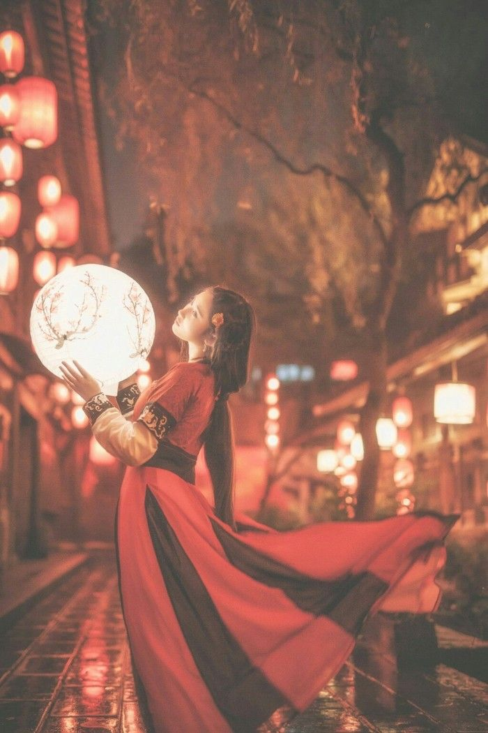 有灯无月不娱人,有月无灯不算春。如何消得此良辰。