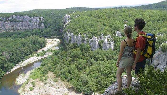 Les balades en famille sont nombreuses autour du Village Huttopia Sud Ardèche *** – Vagnas (Ardèche)