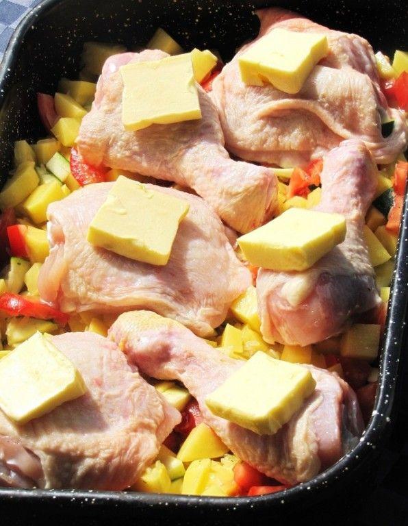 Zapečené kuřecí nohy se zeleninou, bramborami a rýží. Vše připraveno v jednom pekáči. Dobrou chuť!