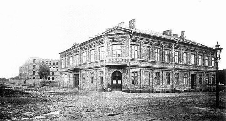 Rok 1870-1880. Kamienica, która stała na miejscu obecnego pałacu Izraela Poznańskiego, w tle budowa przędzalni (manufaktura)