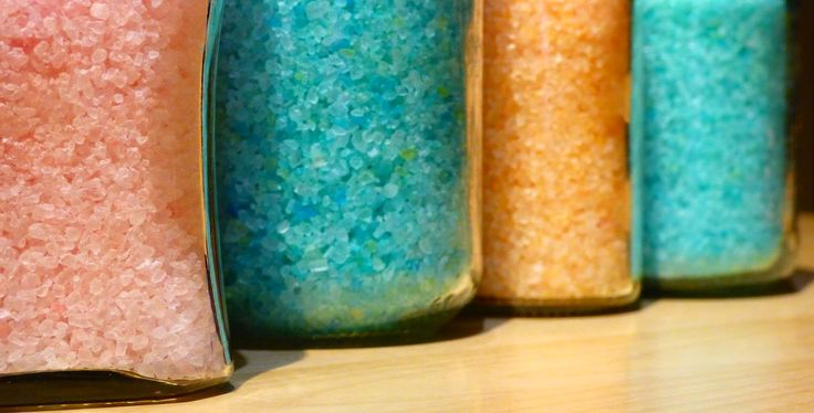 Faire ses propres sels de bain n'est pas très compliqué et est bien plus économique que d'acheter du dispersant pour utiliser les huiles ...