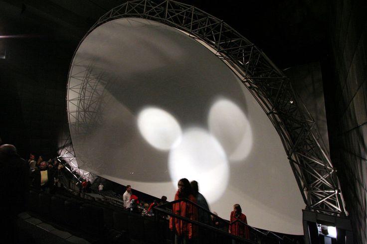 Ehemaliges IMAX im Cinecittà Nürnberg, die Dome-Leinwand ist in Vorführposition geschwenkt