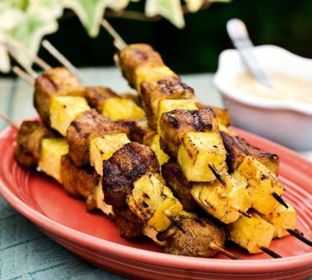 Gott recept på grillspett med fläskfilé och ananas som går snabbt att göra. Fläskfilén smakar ljuvligt gott tillsammans med den söta ananasen.