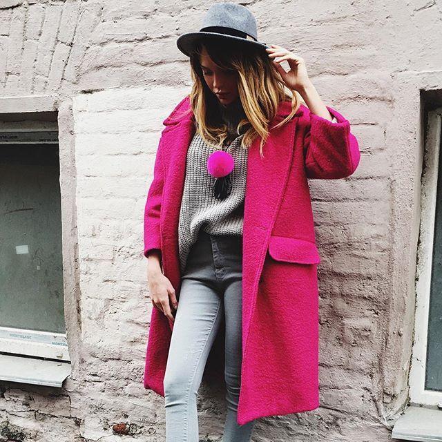 """Серые джинсы ,свитер крупной вязки  меховое украшение ,шляпа, пальто цвета """"фуксия"""" на  которое действует SALE 30% ✨ Для заказа +79670082786  Мы ждём всех Ежедневно с 12:00 до 20:00"""