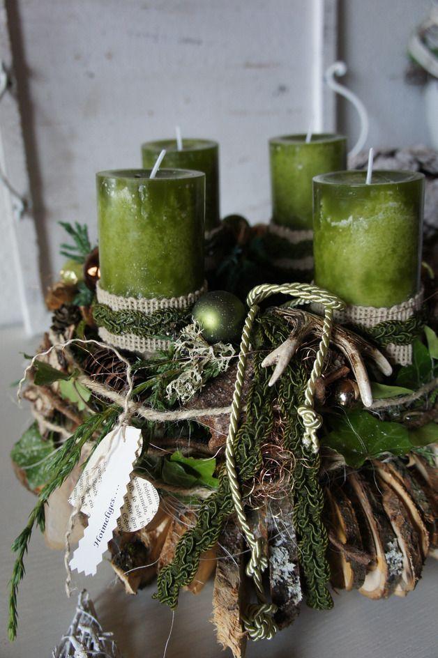 Weihnachtszeit für alle Sinne.... ein frisch duftenden Adventskranz, das frische Grün der Konifeeren, der Glanz des Lichtes.... Ein Adventskranz mit einem ländlich glamourösen Charme. Ein großer...