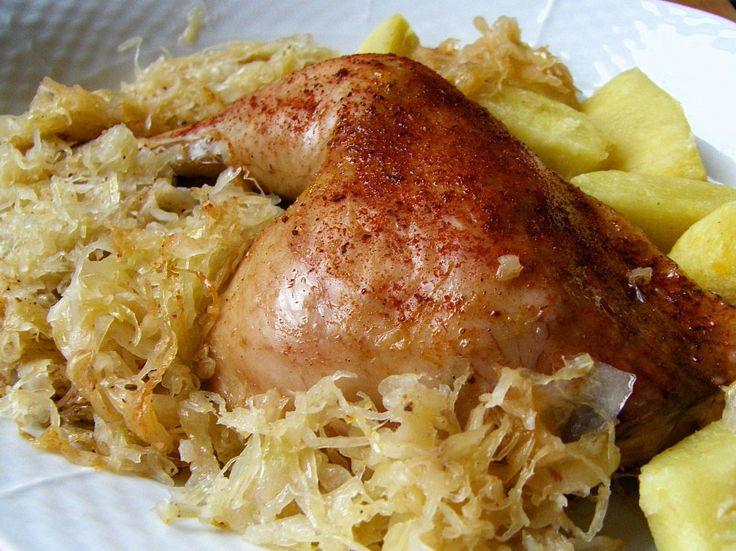 Do pekáče dáme pokrájené a okapané zelí. Zelí zakryjeme plátky cibule. Na cibuli dáme rozporcované a okořeněné kuře, které poklademe plátky...