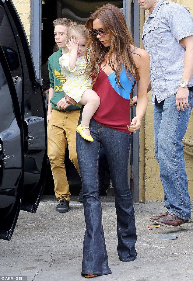 """No se como es que ella puede tener una niña """"al hombro"""" y aun así lucir como que se está comiendo la pasarela! #FiercePosh!"""