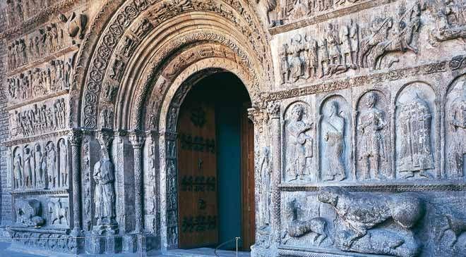 Ruta Románico 3.- Portada románica del monasterio benedictino de Santa María de Ripoll  © Turespaña