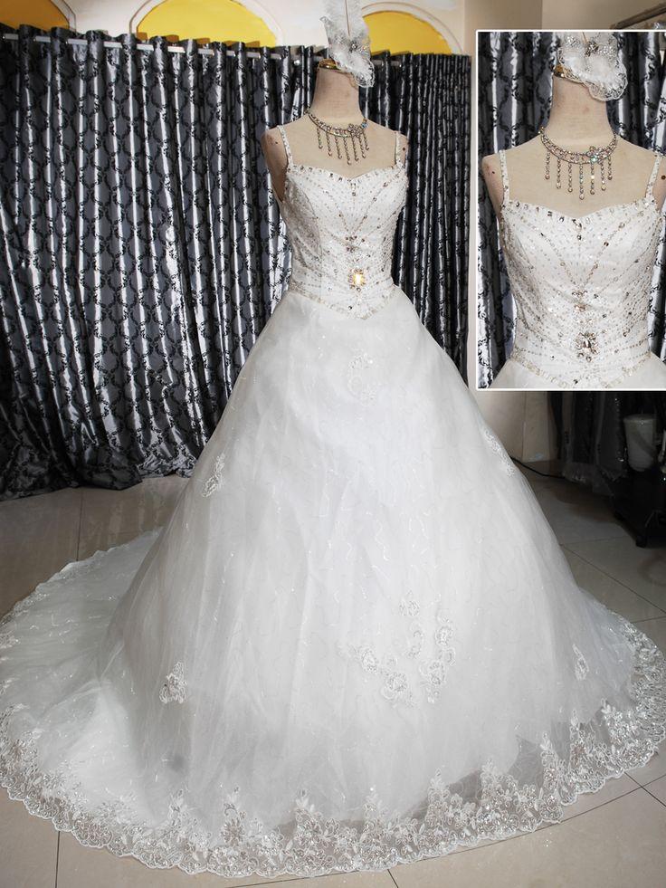 Wedding Gown Ekor 153-501  Wedding Gown Ballgown Ekor Kombinasi kristal, mote dan lace Warna BW, ukuran M dengan belakang tali tali Harga Rp 4.850.000.-