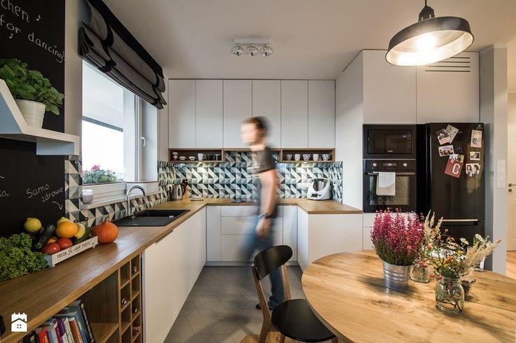 Saska Kępa na Gocławiu - Średnia otwarta kuchnia w kształcie litery u w aneksie, styl skandynawski - zdjęcie od EG projekt