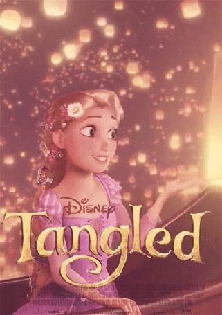 Рапунцель сидит в лодке, вокруг нее летают светящиеся фонарики, мультфильм Tangled / Рапунцель, запутанная история, Disney / Дисней