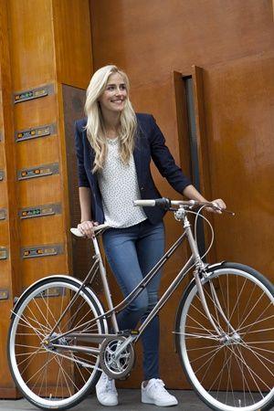Nouvelles photos du Van Staël ! Le vélo vintage urbain que sortira la marque Gazelle pour la collection 2015.  Il sera à la fois super léger (12,8 Kg) et très bien équipé : Selle et poignées Brooks England Cambium, boite Nexus de 7 vitesses, cadre en acier, gardes-boue etc... Magnifique.  On a hâte de vous le présenter dans nos magasins. Patience, patience. http://www.hollandbikes.com/gazelle-velo.htm