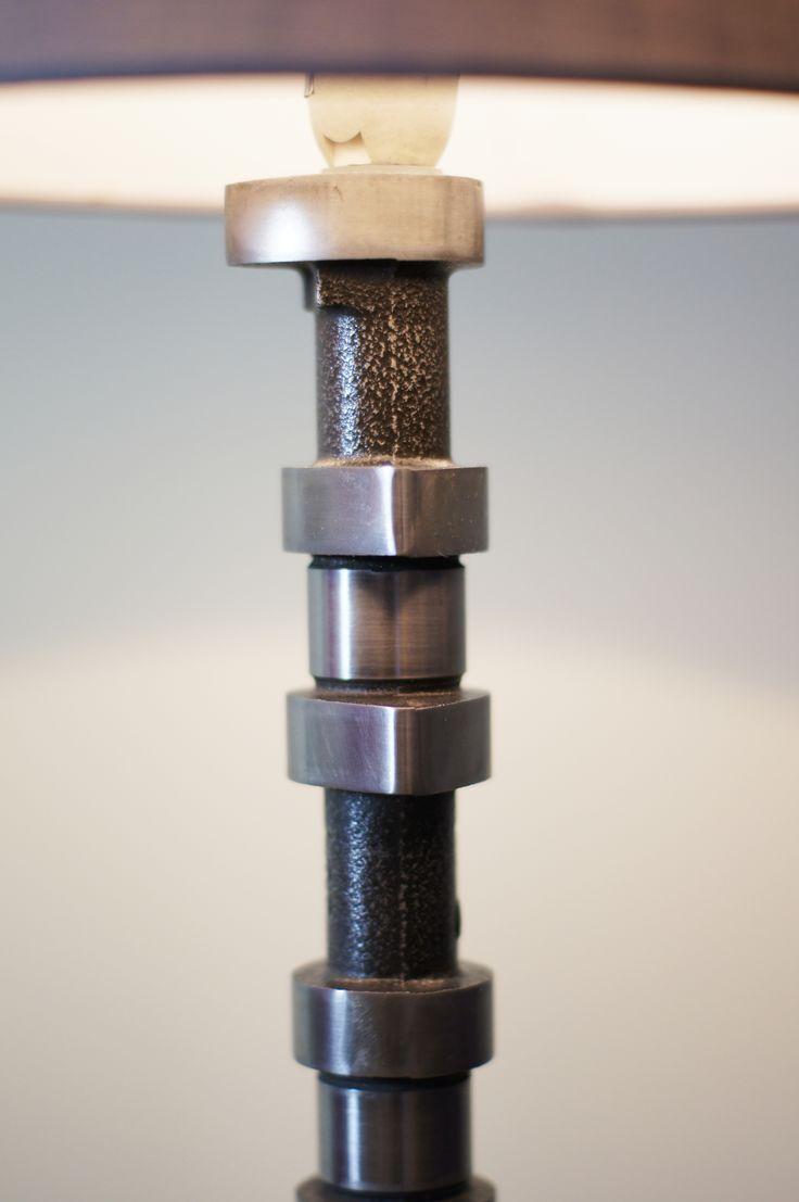 Duża lampa z wałka rozrządu -wysokość 58cm,  - średnica klosza 19 i 25 cm,  - waga 2,6 kg,  - długość kabla 150 cm, - całość polakierowana