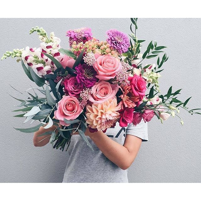 Losing our minds over this incredible creation by NZ florist @ludiamondflowers! Excuse us while we sit and stare. #bouquet #roses #dahlias #snapdragon #flowers #beauty #colour