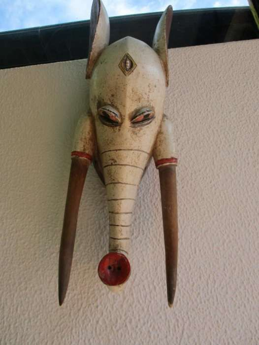 Máscara muito interessante estilo BAULE originaria da costa do marfim.