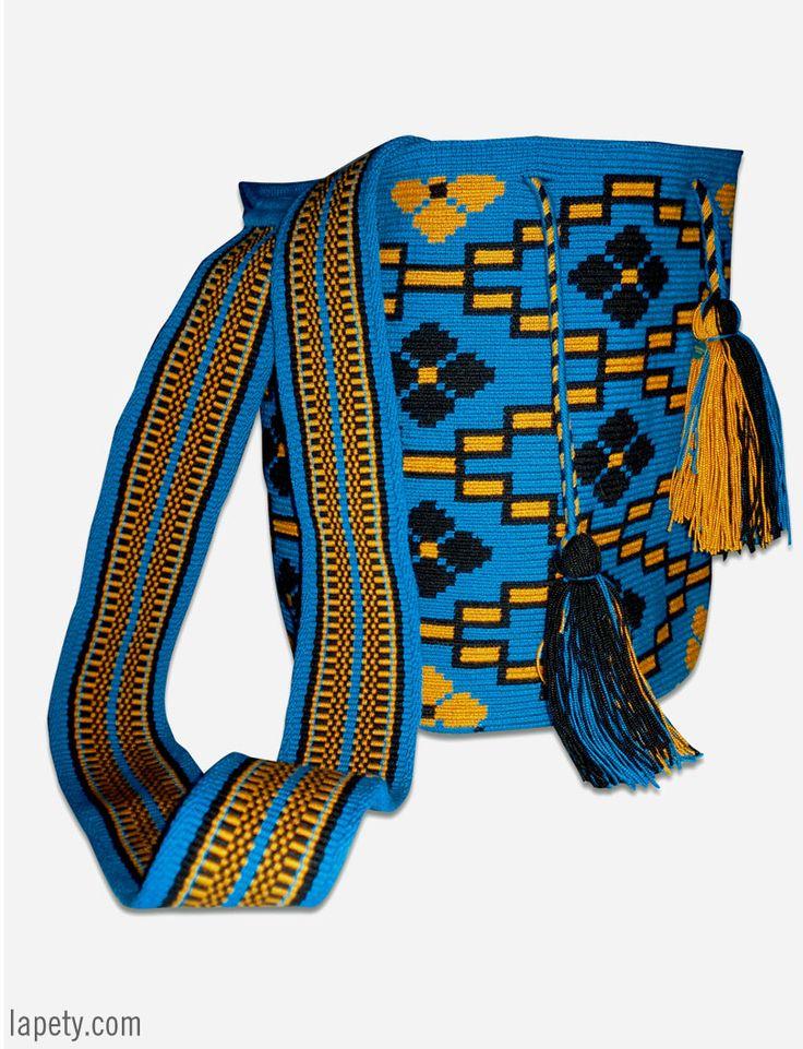 Bolso tejido a mano por la comunidad indígena Wayúu, que habita en la península de la Guajira en Colombia. Tejer significa para los Wayúu mostrar a través de su creatividad, inteligencia y sabiduría su forma de vida, representada a través de figuras geométricas que simbolizan elementos de la naturaleza que rodean su vida cotidiana.  Medidas: 27cm x 35cm x 74cm
