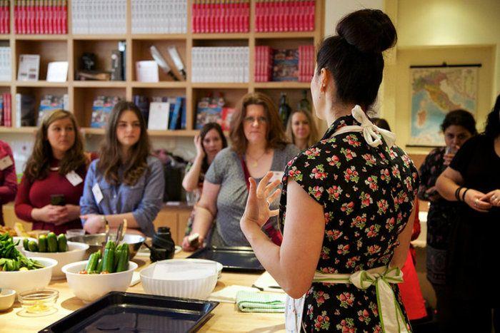 Σε ρόλο δασκάλας, παραδίδει μαθήματα ελληνικής κουζίνας