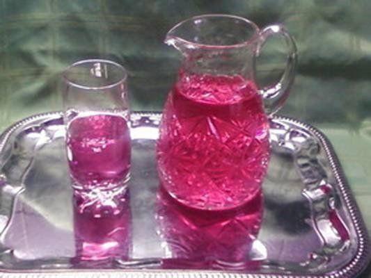 Восхитительный напиток, лучше любого лимонада! 1. Вскипятить воду (1,5 л). 2. Бросить в кастрюлю пучок базилика. 3. Добавить сахар (лучше немного), дать покипеть пару минут. Вода окрасится в зеленый цвет. Снять с огня и шумовкой убрать всю травку. 4. Добавить по вкусу лимонную кислоту. Напиток приобретет сразу розовый цвет. 5. Охладить.