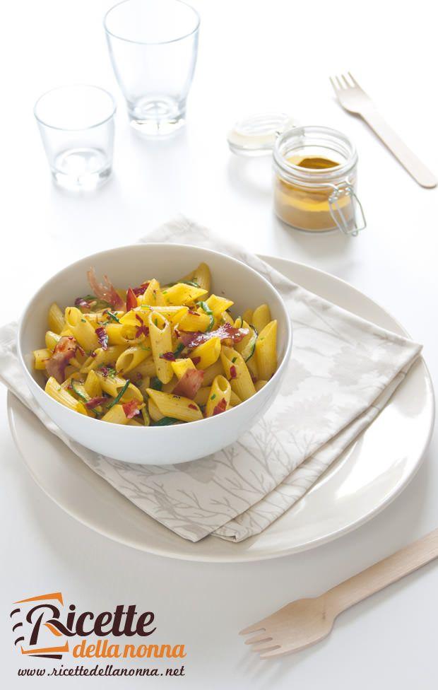 Foto penne gialle speck e zucchine