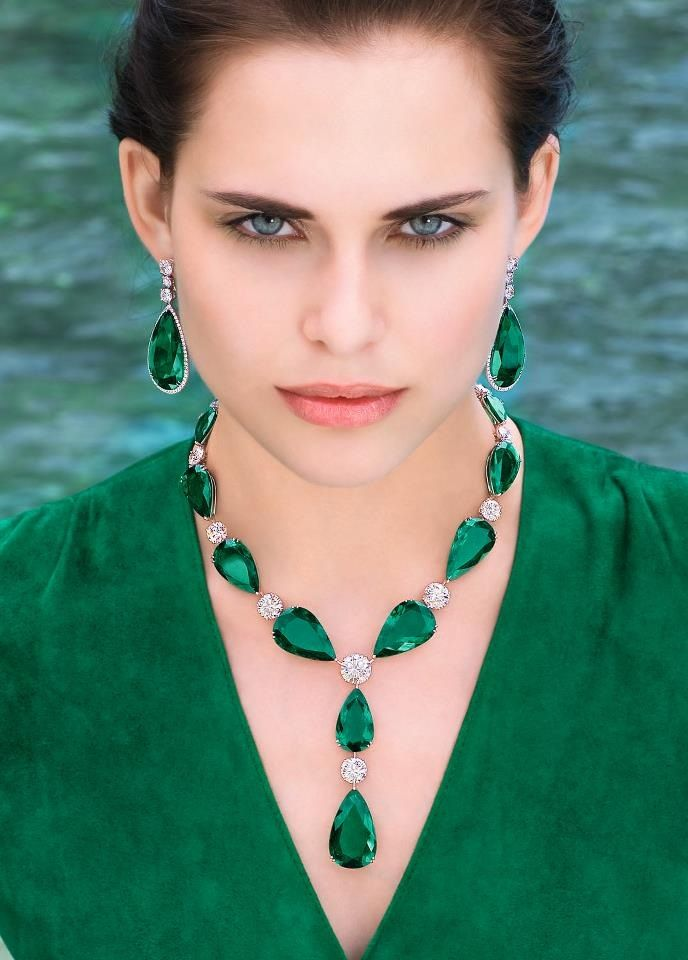 Massive, flawless Colombian emerald, diamonds, 18k gold, and platinum necklace…