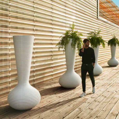 Un pot design géant en forme de vase pour une déco extérieure XXL : en terrasse ou dans l'allée du jardin, Bloom fait le show ! Qualité garantie 2 ans Vondom