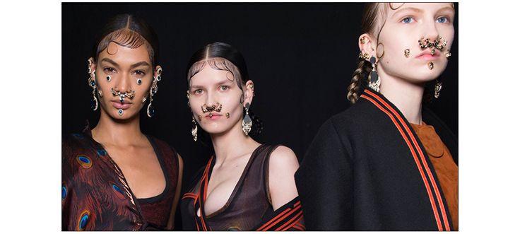 Entre gangsta mexicaine et britannique de l'époque victorienne, la femme Givenchy de l'automne-hiver prochain, qualifiée par Riccardo Tisci de « Victorian-chola girl », a plusieurs facettes. D'où ces silhouettes singulières, ponctuées de velours, dentelles délicates, corsets réajustés et découpes transparentes. Soit une allure très latine, intensifiée côté backstage, par Pat McGrath qui a recouvert le visage des tops de piercings et de bijoux : créoles XXL sur les oreilles ou dans le nez…