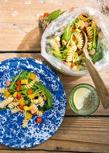 ブランチにもぴったりの、パスタサラダ。たくさんの野菜が入って、とってもカラフル。アンチョビの塩気がとっても美味。おうちカフェにも良いですね。