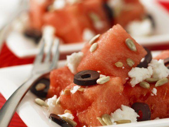 Salat mit Wassermelone, Oliven, Feta und Sonnenblumenkernen