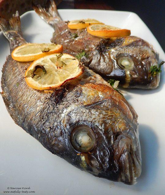 Dorada coapta cu lamaie si patrunjel.   Roasted sea bream with lemon and parsley.