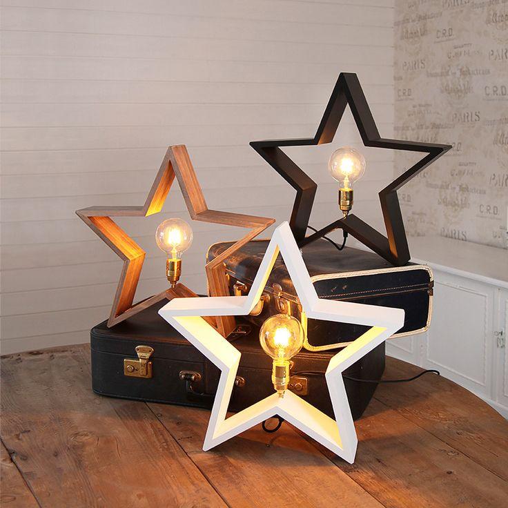 LYSeKIL er en meget dekorativ lampe fra Star Trading som er svært anvendelig i sin bruk. Lampen er produsert i treverk, formet som en stjerne og tilgjengelig i fargene hvit, brun og sort. Stjernen er forholdsvis stor og kan plasseres både på bord, gulv og i litt større vinduskarmer. LYSeKIL har en sokkel i messing og den behøver en dekorativ pære for å ta seg best ut.